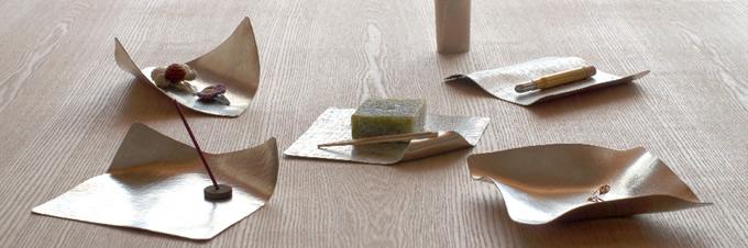 折り紙のように曲げられる金属のお皿