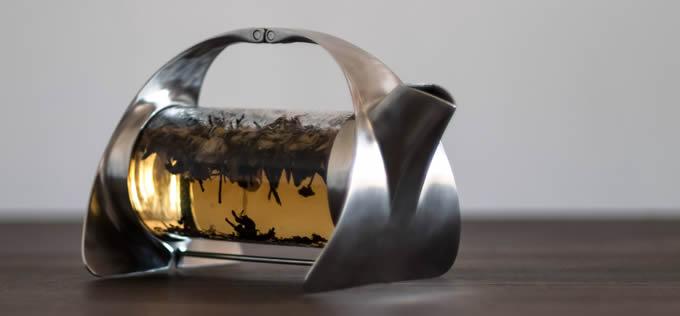 茶葉が幻想的にゆらめくティポット