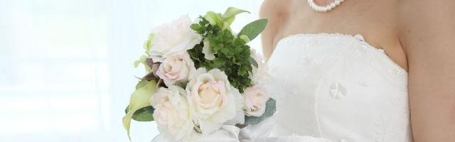 ウエディングドレスの花嫁とブーケ