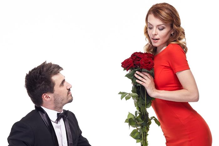 プロポーズで婚約指輪以外に指輪の代わりになるアイテム~花束・ネックレス・ダミーの指輪