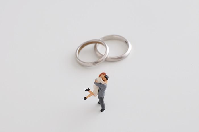 プロポーズにおすすめのサプライズな婚約指輪の渡し方